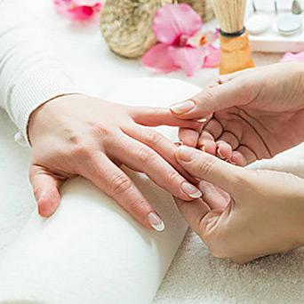 Nawilżający masaż dłoni gorącą świecą